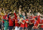 Meias habilidosos e esquema ofensivo d�o � Espanha sua 1� Copa