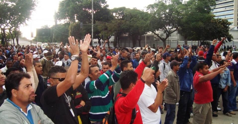 Operários fazem manifestação no portão 13 do Maracanã