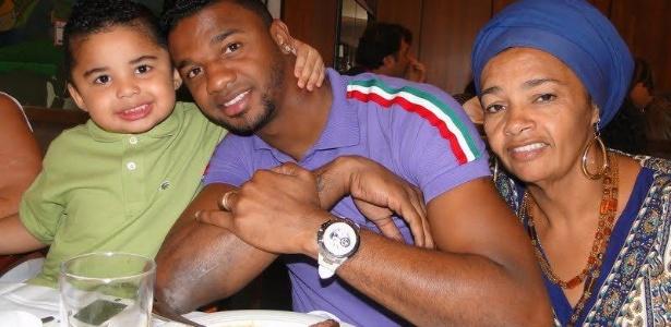 """Felipe com sua mãe (direita), em foto de arquivo pessoal; goleiro tornou-se """"embaixador do acarajé"""""""