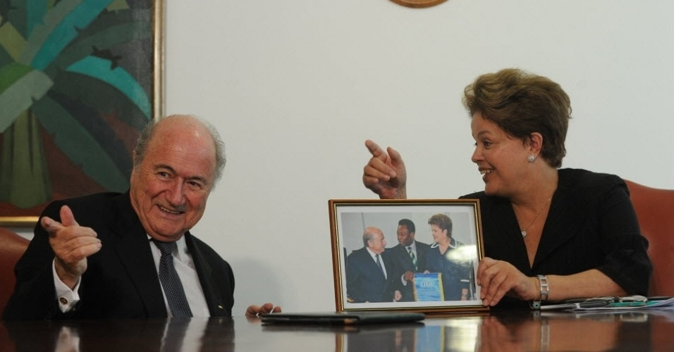 Joseph Blatter brinca e  observado por Dilma Rousseff, presenteada com foto junto com suo e Pel