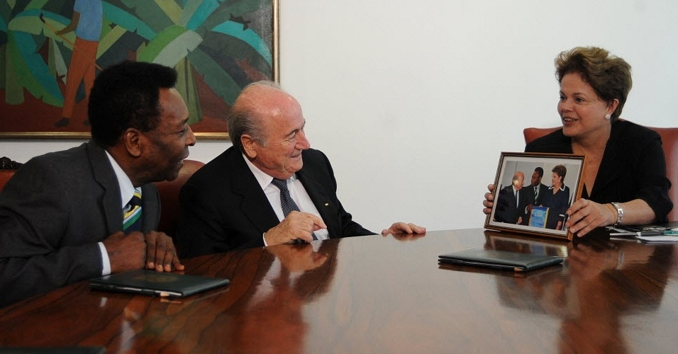 Pel e Blatter observam foto na qual aparecem ao lado da presidente Dilma Rousseff