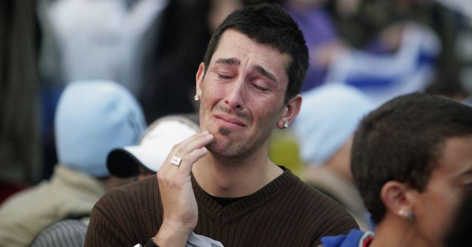 Torcedor uruguaio chora após eliminação na Copa na Praça da Independência, em Montevidéu