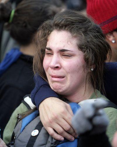 Torcedora uruguaia chora eliminação enquanto assiste à derrota na Praça da Independência, em Montevidéu