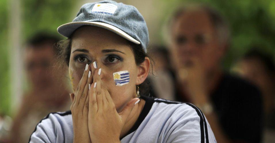 Torcedora uruguaia chora eliminação enquanto assiste à derrota para a Holanda na Copa