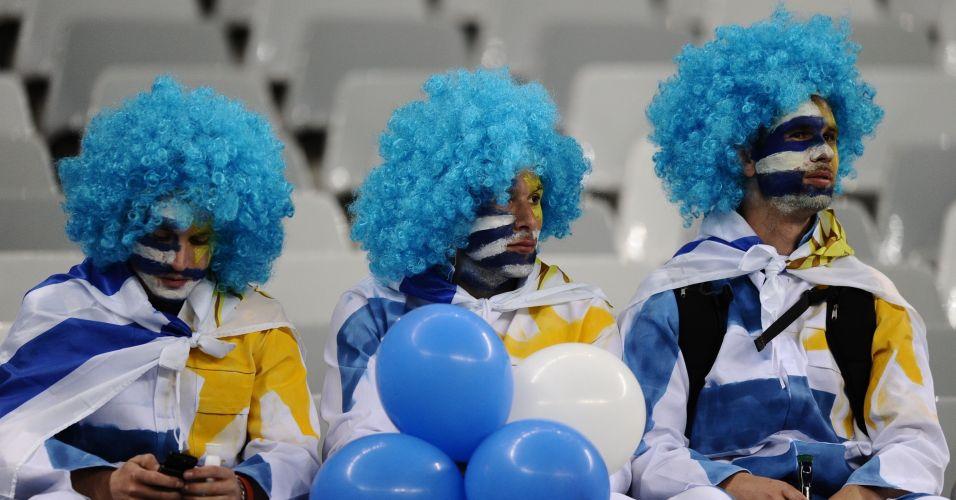 Torcedores uruguaios desistem de tocar vuvuzela durante a derrota da seleção no estádio Green Point, na Cidade do Cabo