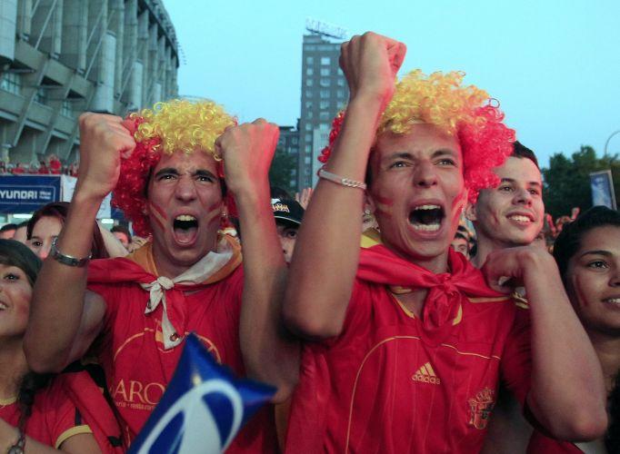 Torcida espanhola comemora o gol marcado pelo zagueiro Puyol, que garantiu a classificação da Fúria à final da Copa do Mundo da África do Sul