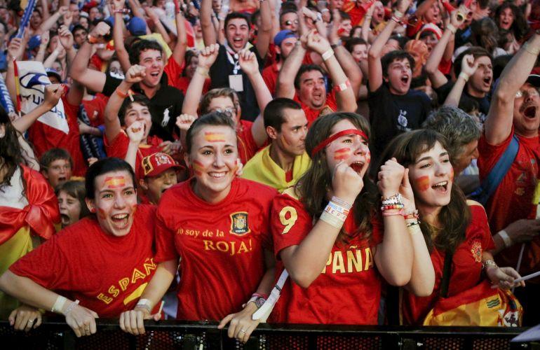 Torcida espanhola acompanha o duelo decisivo em telão instalado no Santiago Bernabéu, estádio do Real Madrid