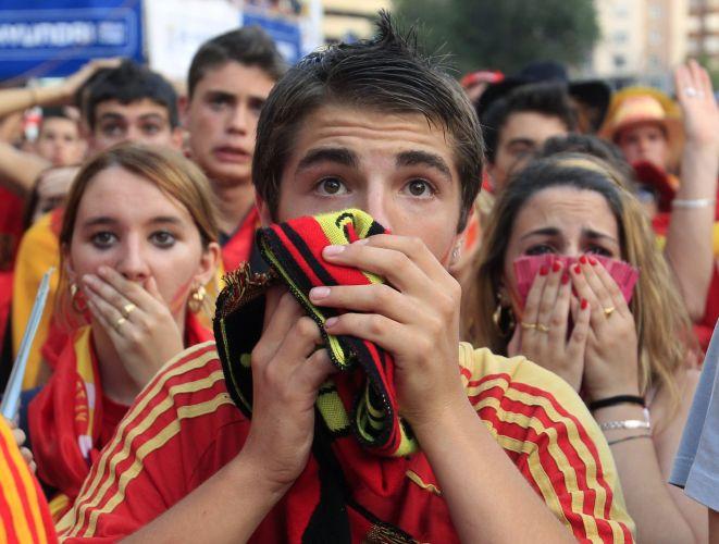 Apreensivos, torcedores assistem ao duelo entre Espanha e Alemanha.