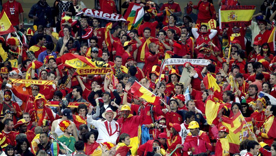 Seguidores espanhóis fazem festa no Moses Mabhida Stadium, em Durban, após a vitória da seleção do país sobre a Alemanha