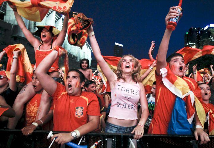 Torcida espanhola é só alegria depois de a Espanha conseguir a classificação para a decisão do Mundial da África do Sul, contra a Holanda. Multidão acompanha o duelo com os germânicos em telão instalado próximo ao Santiago Bernabéu, estádio do Real Madrid