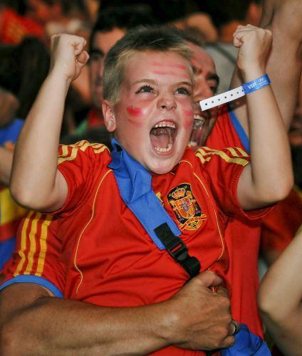 Garoto comemora o gol de Puyol, que deu à Espanha a vaga na final na Copa do Mundo da África do Sul