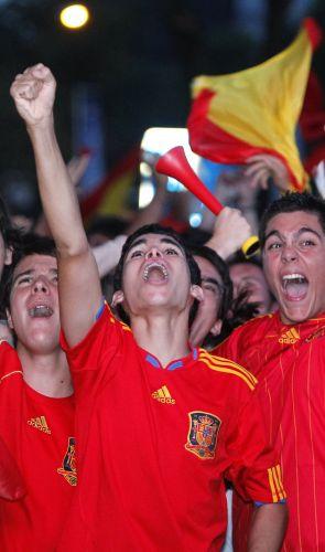 Jovens espanhóis extravasam depois de a seleção dirigida pelo técnico Vicente del Bosque conseguir a vaga na final da Copa da África
