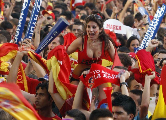 Ruas próximas ao estádio Santiago Bernabéu foram tomadas pela população madrilena