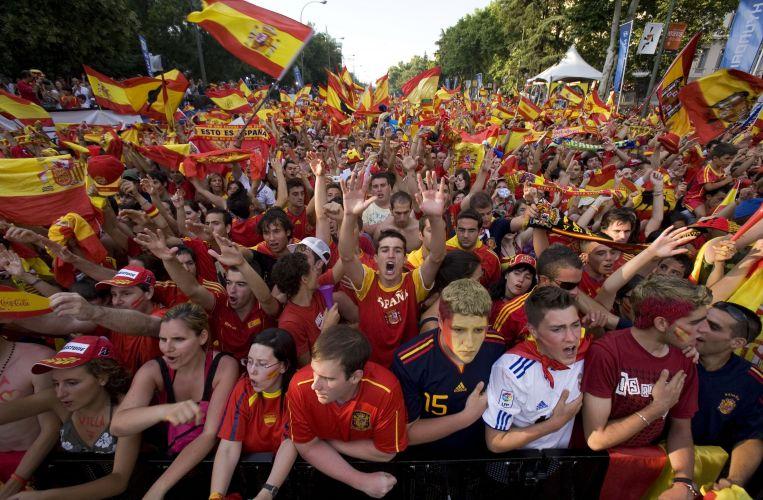 Espanhóis festejam inédito título mundial, conquistado com a vitória por 1 a 0 na final sobre a Holanda