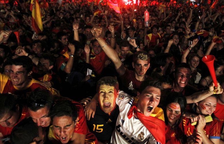 Espanhóis fazem a festa em Madrid após a conquista do primeiro título mundial na vitória por 1 a 0 sobre a Holanda na final da Copa