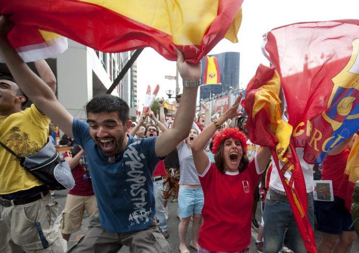 Torcedores da Espanha comemoram título mundial da Fúria em Toronto, no Canadá