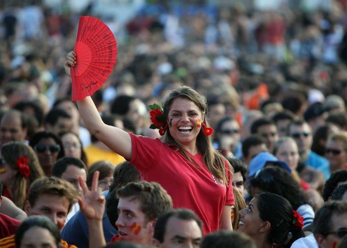 Torcedora da Espanha festeja título mundial na praia de Copacabana, no Rio de Janeiro