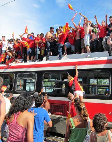 Torcedores festejam primeiro título espanhol na Copa do Mundo em Toronto, no Canadá