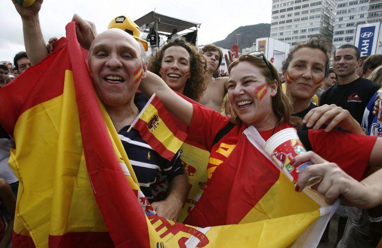 Torcedores da Espanha festejam título mundial na praia de Copacabana, no Rio de Janeiro