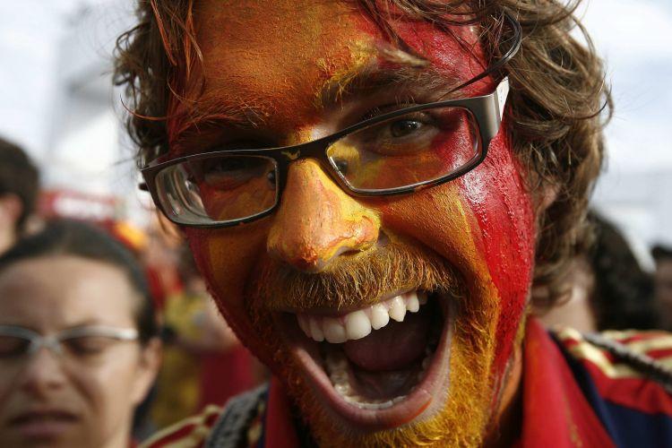 Com o rosto pintado com as cores da Espanha, torcedor festeja título inédito na praia de Copacabana, no Rio de Janeiro