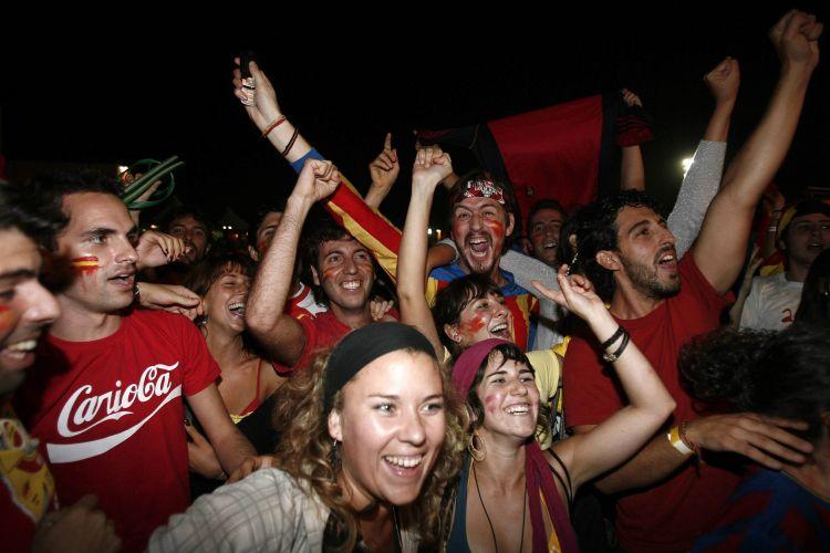Torcida da Espanha faz a festa no Brasil; pessoas comemoram primeiro título mundial da Espanha na praia de Copacabana, no Rio de Janeiro