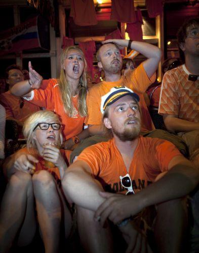 Fãs da Holanda se desesperam na derrota por 1 a 0 para a Espanha na final da Copa do Mundo