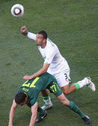 Nadir Belhadj luta pela bola com Andraz Kirm durante confronto entre Argélia e Eslovênia na Copa do Mundo (junho/2010)