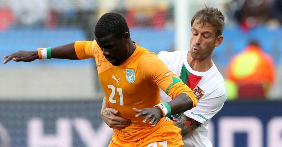 Raul Meireles, de Portugal, agarra Emmanuel Eboué, da Costa do Marfim, no empate das duas seleções pelo grupo G da Copa do Mundo (junho/2010)