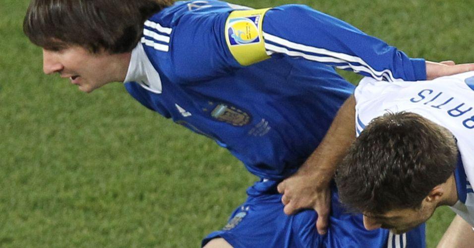 Socrates Papastathopoulos agarra Lionel Messi na partida entre Grécia e Argentina pela Copa do Mundo (2010)