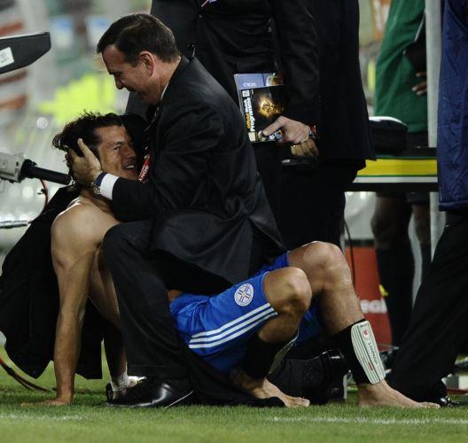 Valdez (esq) é abraçado pelo presidente da Associação Paraguaia de Futebol, Juan Angel Napout, após a classificação do Paraguai para as oitavas de final da Copa do Mundo (junho/2010)