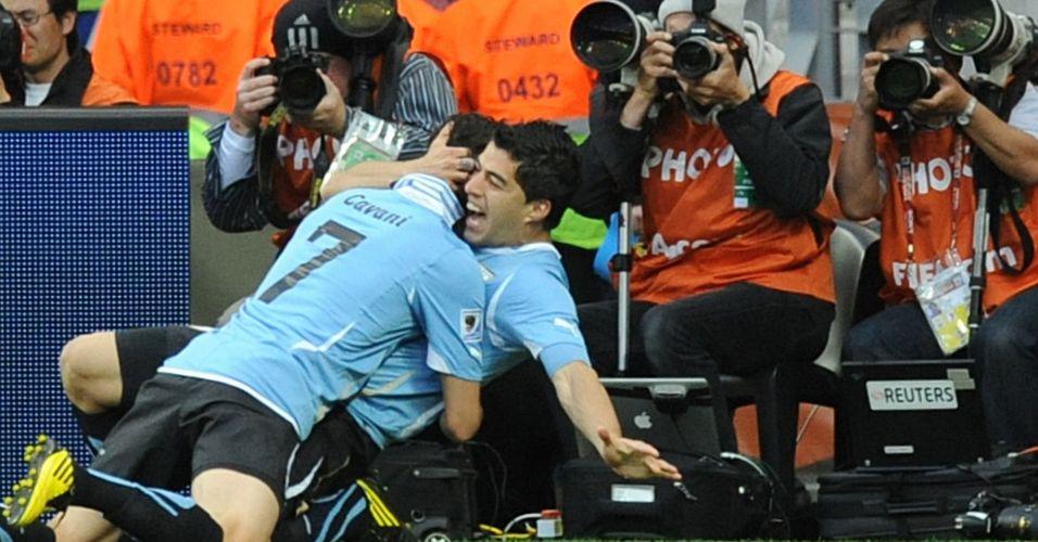 Fotógrafos registram o caloroso abraço entre Cavani e Suarez durante jogo do Uruguai na Copa do Mundo (2010)
