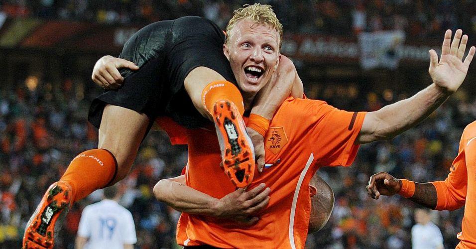 Sneijder é carregado por Kuyt após marcar o segundo gol da Holanda contra a Eslováquia em jogo da Copa do Mundo (junho/2010)
