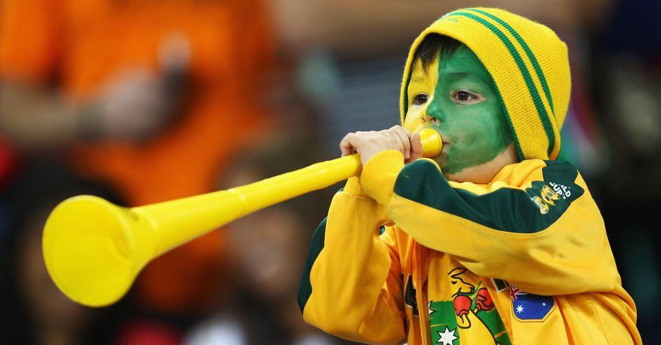Menino australiano assopra sua vuvuzela antes da partida contra a Alemanha