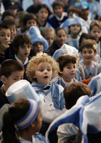 Crianças assistem à vitória da Argentina pela televisão em escola em Buenos Aires
