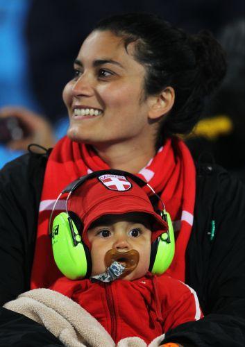 Com protetor na orelha, bebê apoia a Dinamarca e se protege do frio e do barulho das vuvuzelas