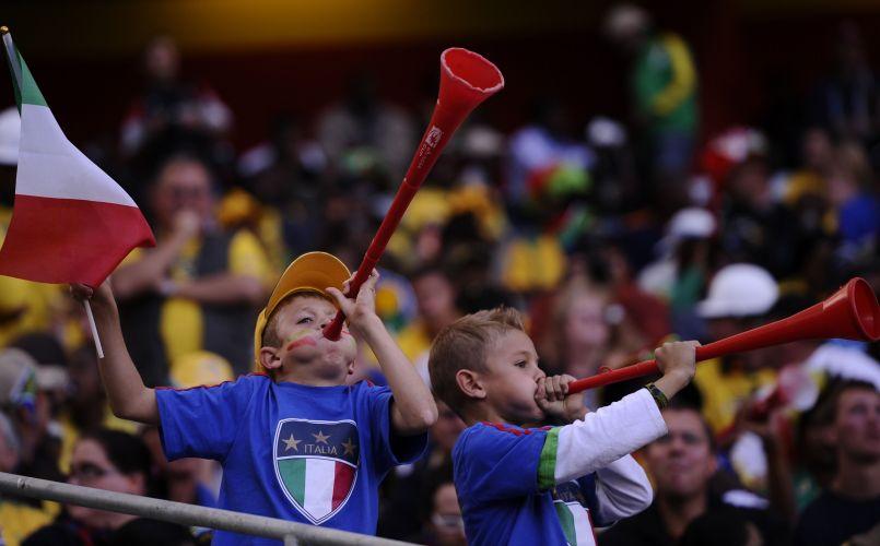 Vestidos com a roupa de sua seleção, torcedores mirins da Itália assopram vuvuzelas; time não corresponde em campo e só empata com a Nova Zelândia