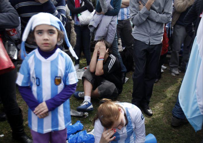 Contagiado por adultos ao redor, pequeno argentino sofre com a eliminação dos hermanos; equipe de Maradona perdeu por 4 a 0 para a Alemanha