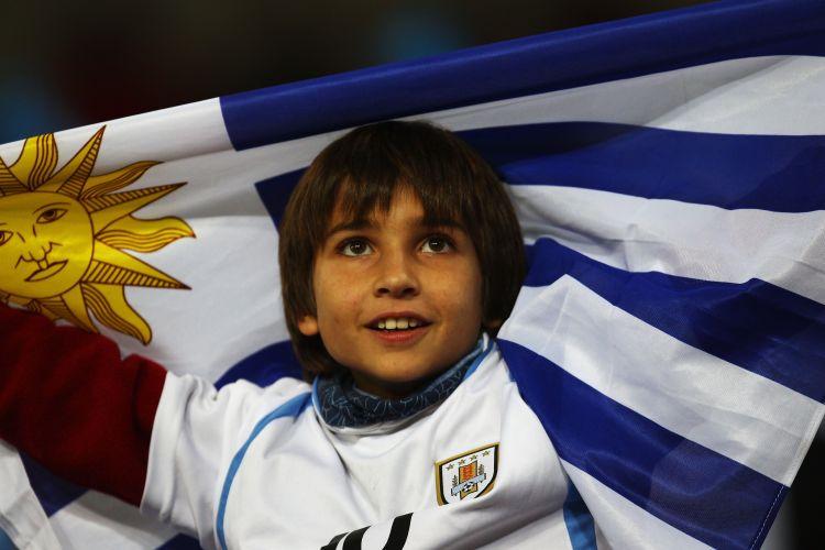 Pequeno fã do Uruguai leva bandeira do país na disputa de terceiro lugar; com a derrota por 3 a 2 para a Alemanha, Celeste Olímpica termina em quarto e iguala campanha de 1970