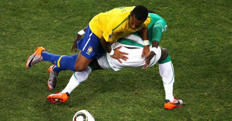 Robinho se enrosca com jogador da Costa do Marfim durante partida da Copa do Mundo (junho/2010)