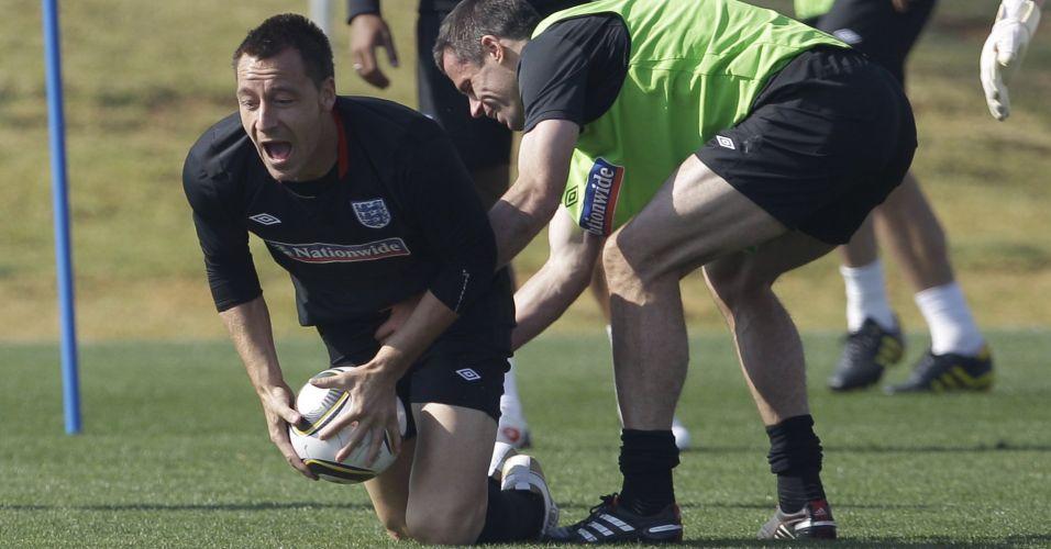 Carragher (d) e Terry divertem-se durante treino da Inglaterra na Copa do Mundo (junho/2010)