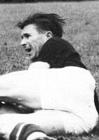 Puskas, craque da seleção da Hungria, vice-campeã do mundo em 1954, se preocupa com a arma da seleção brasileira