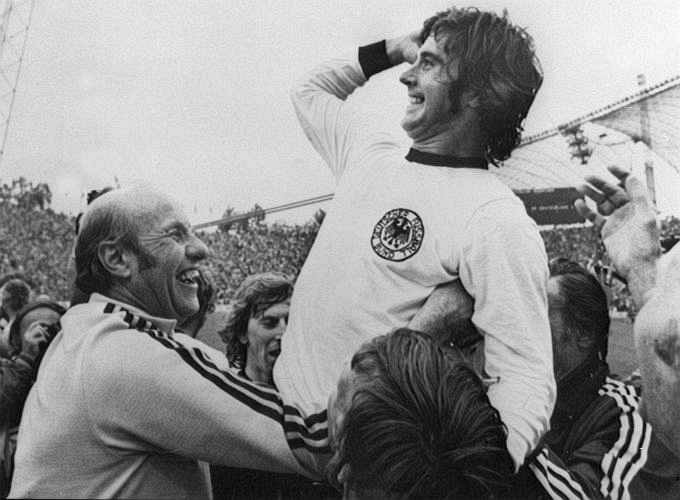 Gerd Müller comemora a conquista do bicampeonato mundial da Alemanha