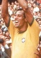 Carlos Alberto Torres, capitão da seleção brasileira, para Pelé, contra a Inglaterra