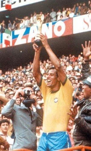 O lateral Carlos Alberto Torres ergue a taça da conquista da Copa do Mundo de 1970