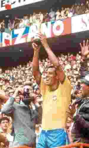 O lateral Carlos Alberto Torres ergue a taça da conquista da Copa do Mundo de 1970 - Arquivo/Folha Imagem