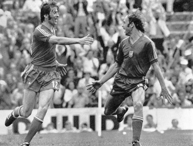 Polonês Grzegorz Lato (dir.) comemora o gol da vitória sobre o Brasil na decisão do terceiro lugar do Mundial de 1974