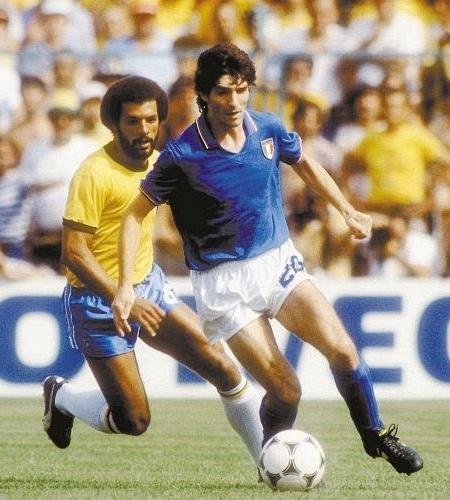 Júnior marca o atacante italiano Paolo Rossi durante a Copa de 1982