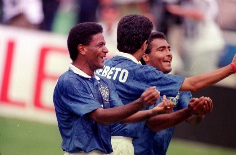 Ao lado de Mazinho e Romário, Bebeto comemora gol brasileiro sobre a Holanda pelas quartas de final da Copa de 1994