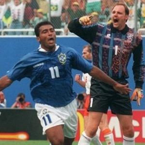O goleiro holandês Ed de Goey reclama do bandeirinha após levar gol de Romário nas quartas de final