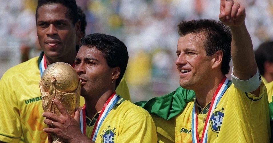 Romário e Dunga comemoram o título mundial, após a seleção brasileira ter vencido a Itália nos pênaltis